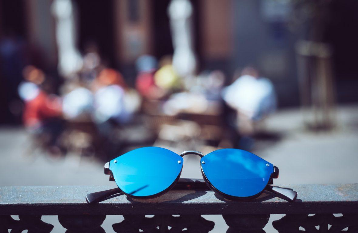 323fa7da83 Aunque nuestros ojos deben estar protegidos de los rayos del sol durante  todo el año, con la llegada del buen tiempo las gafas de sol se van  convirtiendo en ...